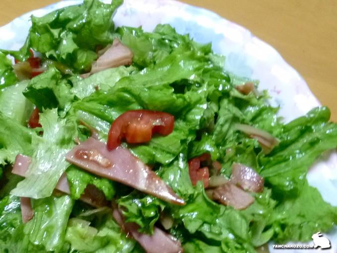 グリーンリーフと焼き豚のサラダ